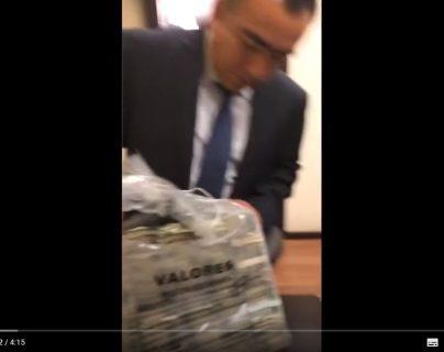Un video muestra como dos exlegisladores reciben fajos de billetes de sobornos para aprobar una reforma energética. (Foto Prensa Libre: Tomada de YouTube)