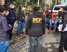 Investigadores del MP se disponen a efectuar allanamientos por la quema del edificio municipal en San Lucas Tolimán. (Foto Prensa Libre: MP)