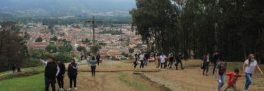 Visitantes ingresan al Cerro de la Cruz pese a prohibición de la comuna para la pandemia del coronavirus. (Foto Prensa Libre: Byron García)