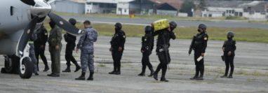 La cocaína decomisada en Petén fue trasladada hacia la Fuerza Aérea Guatemalteca. (Foto Prensa Libre: Esbin García)