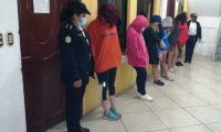 Varias mujeres estaban entre los 26 capturados por participar en una fiesta clandestina en Huehuetenango. (Foto Prensa Libre: PNC)