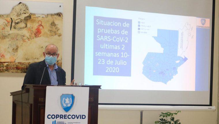 Edwin Asturias, director de la Coprecovid, explica la estrategia para combatir el coronavirus en los próximos meses. (Foto Prensa Libre: Fernando Cabrera)