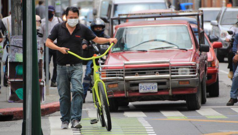 Los guatemaltecos continúan con medidas de prevención para enfrentar la nueva normalidad por el coronavirus. (Foto Prensa Libre: Byron García)