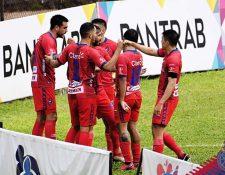 Los jugadores de Municipal celebran el gol de Ramiro Rocca frente a Cobán. (Foto Municipal).