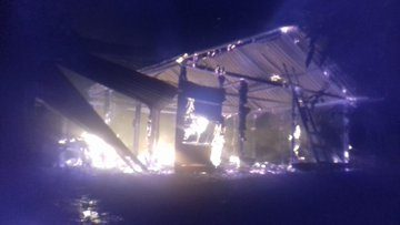 Policía resguarda a población luego del ataque de un grupo armado que desalojó y quemó casas en Cobán
