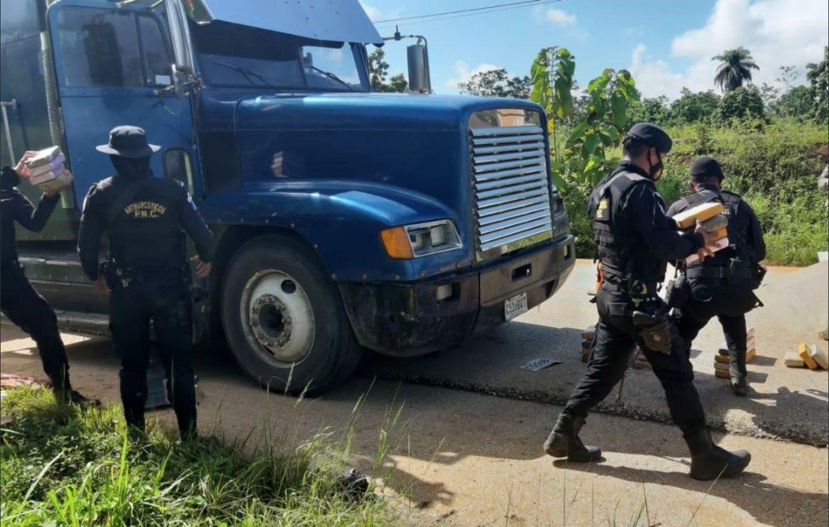 ¿Cuántos paquetes de droga transportaba un camión cargado con bloc en Alta Verapaz?