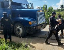 Agentes antinarcóticos retiran los paquetes de droga de la cabina del camión, en el km 364 en la ruta que, de la Franja Trasversal del Norte, en Chahal, conduce a Fray Bartolomé de las Casas, Alta Verapaz. (Foto Prensa Libre: PNC)