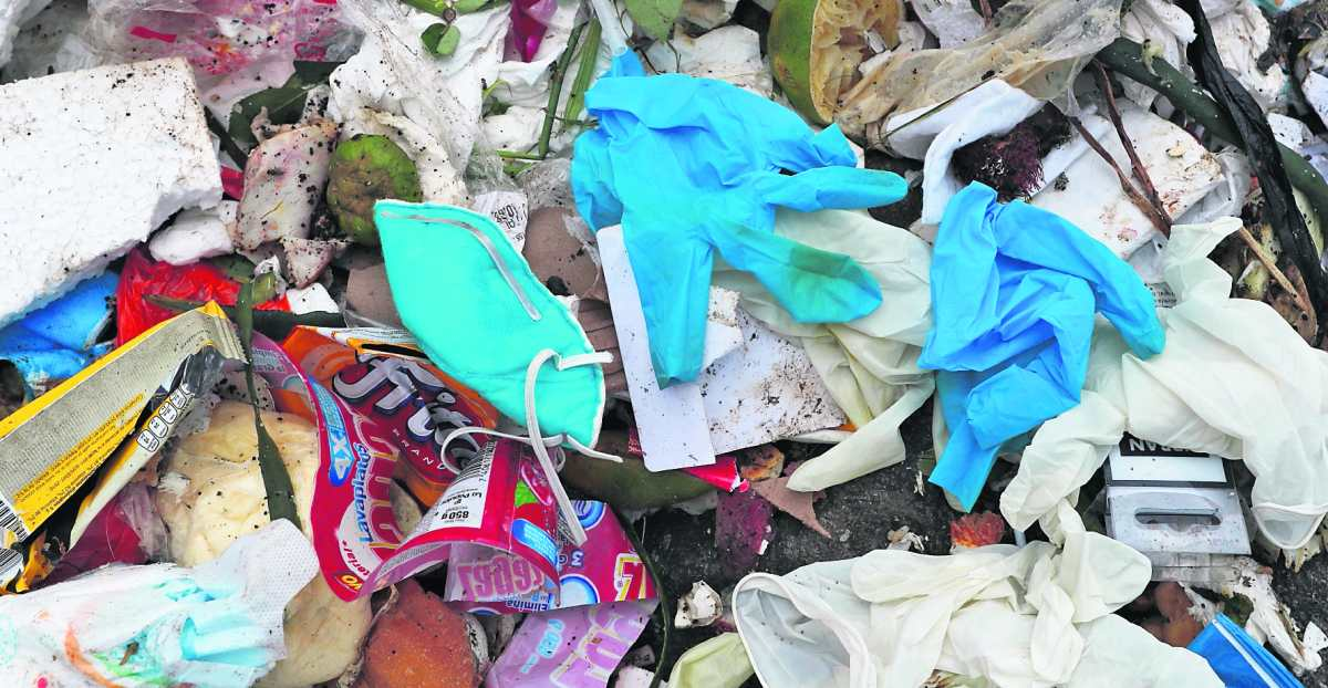 Mascarillas y guantes en los vertederos de basura: la pandemia también azota al medioambiente