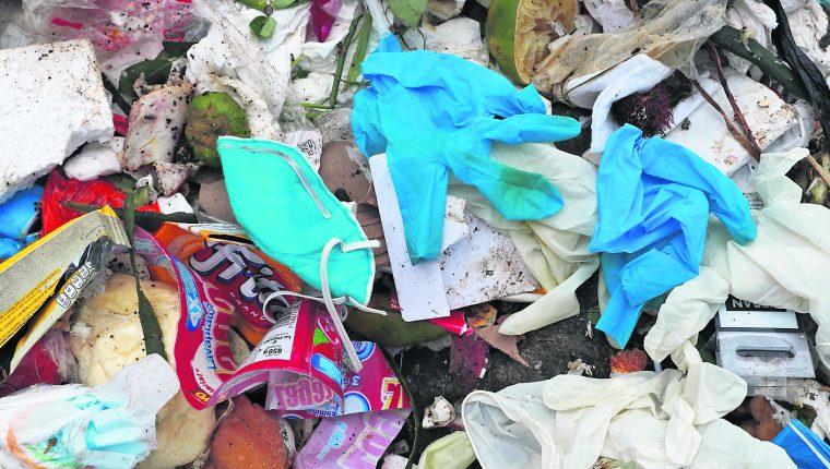 En vertederos de la ciudad se pueden observar desechos sanitarios, entre ellos mascarillas y guantes. Foto Eswin García.