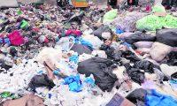 En los últimos meses, se ha visto un aumento en el uso de empaques plásticos, que no solo tienen impacto dañino en el medio ambiente, sino que pueden transmitir el covid-19 si no se desinfectan. Fotografía  Prensa Libre: Esbin Garcia.