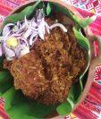 El pib, enterrado o barbacoa  es un platillo tradicional de Petén, que se cocina en la tierra con leña y piedras para darle un sabor inigualable. (Foto Prensa Libre, Charles Sandoval)