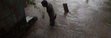 Vecinos de la aldea Nahualate 1, San José del ídolo, Suchitepéquez, fueron afectados por el desbordamiento del río Cheguez. (Foto Prensa Libre: Conred)