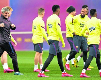 Quique Setién (i), expresó que no pasa por su mente dejar de ser el entrenador del Barcelona FC. EFE