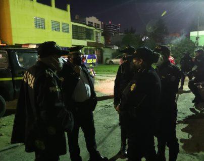 Agentes de la PNC llegaron al lugar donde los vecinos denunciaron una fiesta clandestina. (Foto Prensa Libre: María Longo)