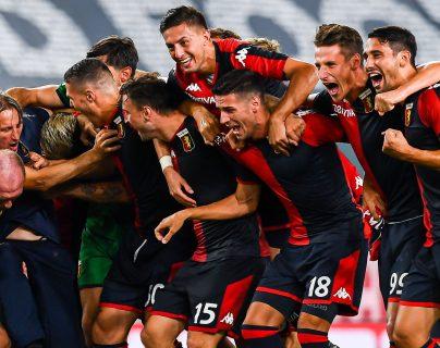 Los jugadores del Génova celebran junto a su entrenador la victoria que los mantiene en la Liga Italiana. Foto Prensa Libre: EFE