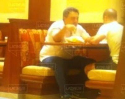 Momento de la entrega de dinero en el que se involucra al hermano del presidente de México. (Foto Prensa Libre: Forbes)