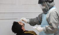 El hisopado es parte del proceso para la detección del coronavirus. (Foto Prensa Libre: Hemeroteca PL)