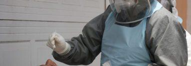 El hisopado es parte del proceso para detectar el coronavirus. (Foto Prensa Libre: Hemeroteca PL)