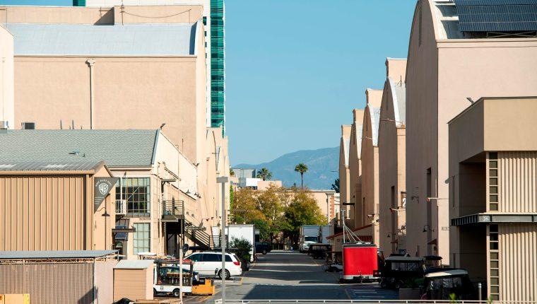 En esta foto de archivo tomada el 2 de abril de 2020, vista de una calle vacía entre sets en el lote de Warner Bros durante la crisis de Covid 19, en  Burbank, California.  (Foto Prensa Libre: Valerie Macon/AFP).