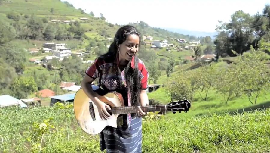 Sara Curruchich lanza video de la canción Ixoqi', un himno para la defensa de los derechos de las mujeres indígenas