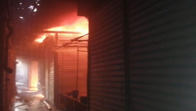 El incendio ocurre en el centro de Puerto San José, Escuintla. (Foto Prensa Libre: Carlos E. Paredes)