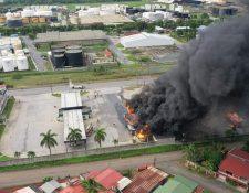 El incendio ocurrió en una gasolinera ubicada frente la Zona Libre de Industria y Comercio. (Foto Prensa Libre: Cortesía)