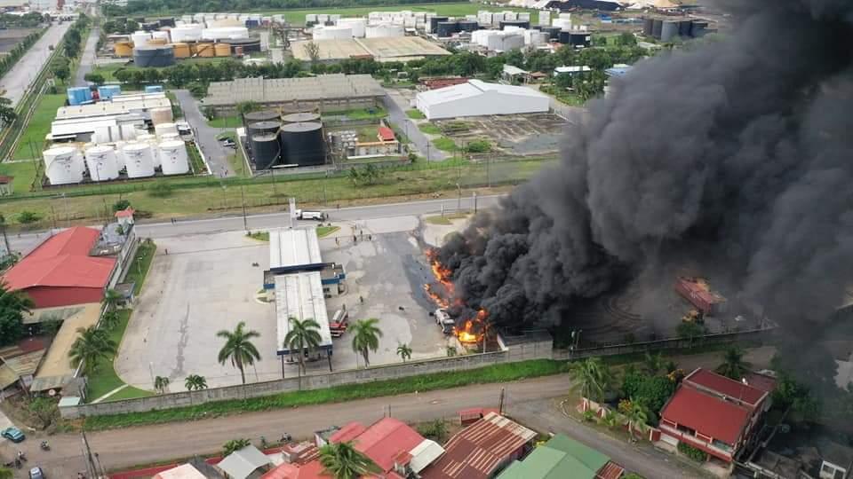 Incendio en cisternas fue provocado por derrame de combustible y contaminó un río en Izabal