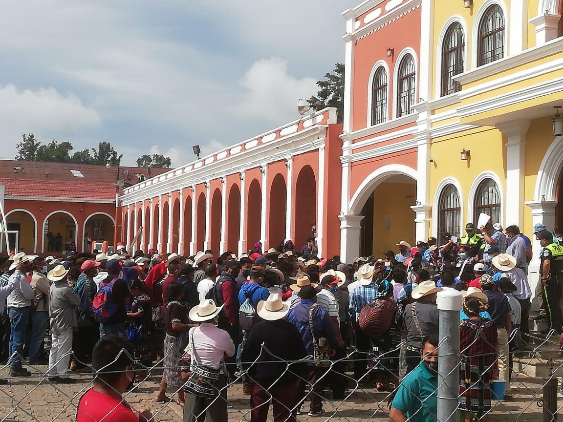 Alerta en Joyabaj, Quiché, por turba que causa destrozos en Municipalidad