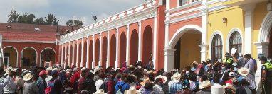 Pobladores inconformes con las prohibiciones impuestas en Joyabaj, Quiché, causan daños en el edificio municipal. (Foto Prensa Libre: Héctor Cordero)