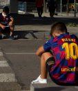 Niños seguidores de Leo Messi se quedaron frustrados por la no asistencia del futbolistas a las pruebas de coronavirus. Foto Prensa Libre: EFE
