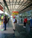 Usuarios deben cumplir protocolos de prevención en la Línea 12 del Transmetro. (Foto Prensa Libre: Comuna capitalina)