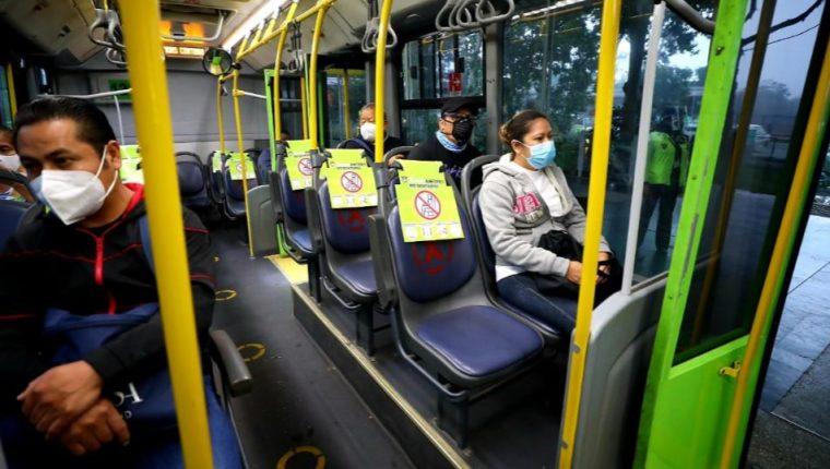 Usuarios del Transmetro deben guardar su distanciamiento en las unidades. (Foto Prensa Libre: Hemeroteca PL)