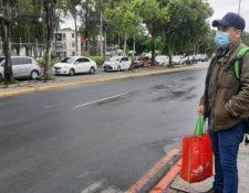 Luis Ángel Avendaño hace mandados para agenciarse de fondos en medio de esta crisis por la pandemia del coronavirus. (Foto Prensa Libre: Noé Medina)