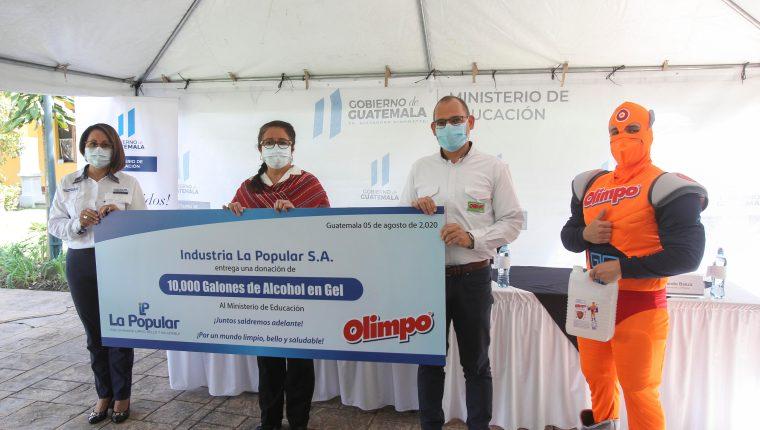 Estos productos de desinfectante serán entregados a directores, maestros y organizaciones de padres de familia. Foto Prensa Libre: Norvin Mendoza