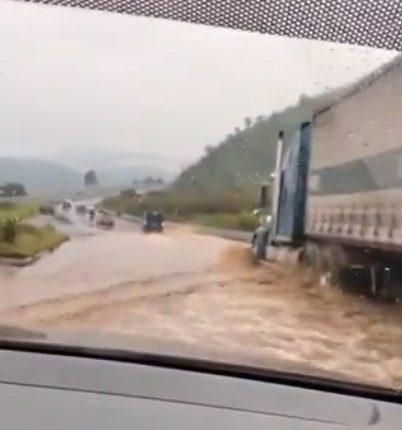 Una nueva inundación en la obra fue reportada por usuarios de las redes sociales. Foto Prensa Libre: captura de vídeo.