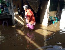 Varias viviendas se inundaron a causa de la lluvia en El Tejar, Chimaltenango. (Foto Prensa Libre: Víctor Chamalé)