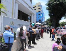 Doscientos trabajadores se plantaron frente a la sede central del Ministerio de Trabajo, en zona 9, ha solicitar indemnización por despidos durante la emergencia por coronavirus. (Foto Prensa Libre: Juan Diego González)