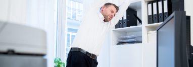 Ciertos ejercicios de estiramiento o hacer girar las muñecas contribuyen a mantenerse en forma en el trabajo de oficina. Foto Prensa Libre: DPA