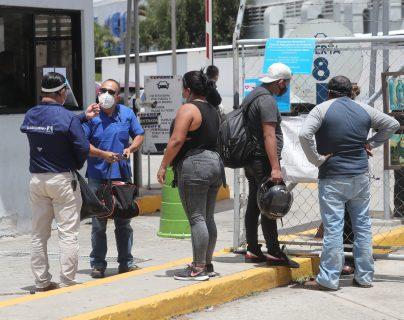 Personas llegan al Hospital temporal Parque de la Industria a dejar encomiendas para  sus familiares internados por coronavirus. Fotografía: Prensa Libre (Erick Avila)