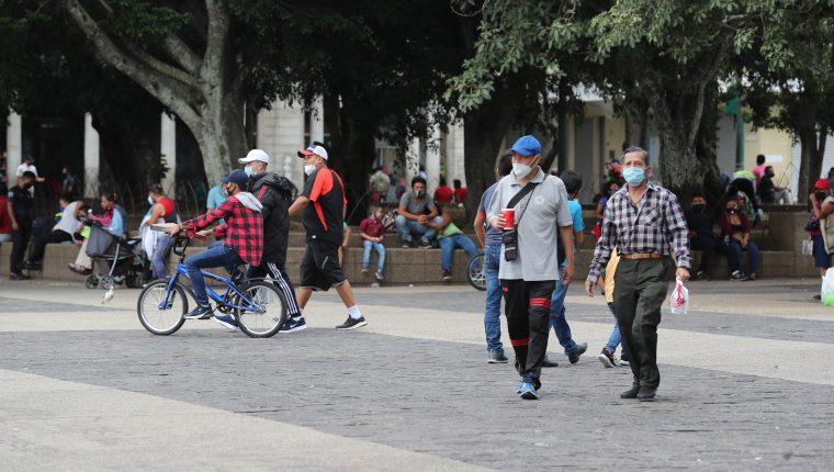 Personas caminan en el Parque de la Constitución, zona 1. Foto Prensa Libre: Érick Ávila.