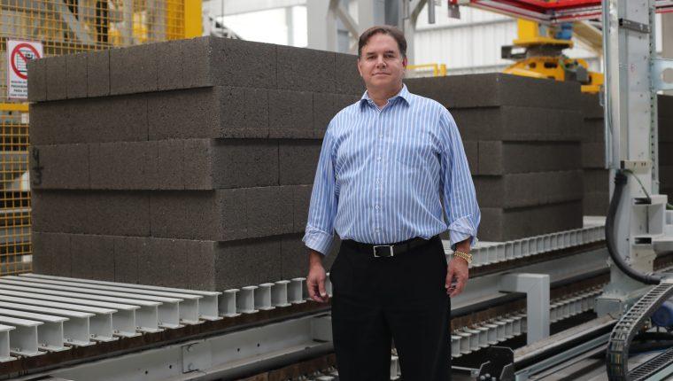 Roberto Díaz-Durán es el presidente ejecutivo de Blocasa, una fábrica de blocks de hormigón con tecnología automatizada que abrió en 2020. (Foto Prensa Libre: Hemeroteca PL)