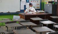 Mmiles de maestros esperan para ser vacunados contra el coronavirus. (Foto Prensa Libre: Érick Ávila)