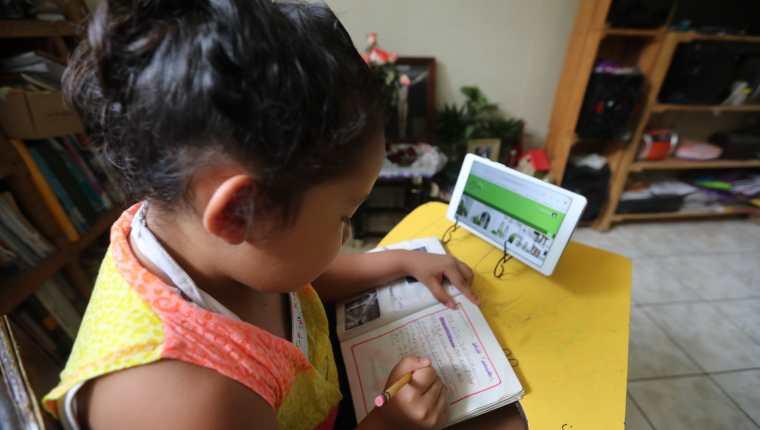 Niños han tenido que usar la tecnología, guías educativas y clases por radio y tv durante la pandemia. (Foto: Hemeroteca PL)