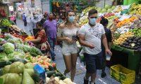 Segœn las autoridades de salud el peligro de contagio de coronavirus es los lugares cerrados como los comerciales y mercados.  Fotograf'a. Erick Avila:                  20/08/2020