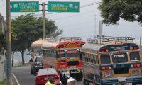M‡s de 100 autobuses de transporte extraurbano de rutas cortas, de municipios del Sur de la capital, salieron a protestar para exigir que la Municipalidad de Guatemala les autorice volver a circular al Cenma o a El TrŽbol.  Fotograf'a. Erick Avila:                       24/08/2020
