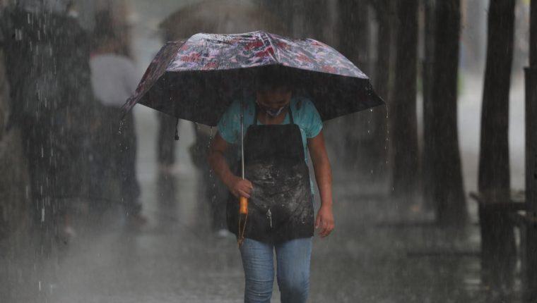 Fuertes lluvias se registraron en la ciudad. Foto Prensa Libre: Érick Ávila.