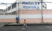 La fábrica Modas B.I Apparel cerró operaciones ante la baja de órdenes para la costura de ropa por clientes en EE. UU., y despidió a 800 trabajadores. (Foto Prensa Libre: Érick Ávila)