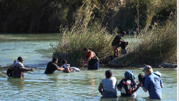 Las duras medidas contra la inmigración no han persuadido a familias enteras que cruzan a diario el Río Bravo. (Foto: Hemeroteca PL)