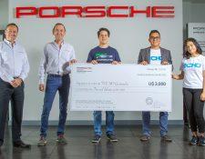 Juan Diego Hernández (al centro) y Directivos de Grupo Los Tres realizaron la entrega del dinero a Techo Guatemala. Foto Prensa Libre: Cortesía