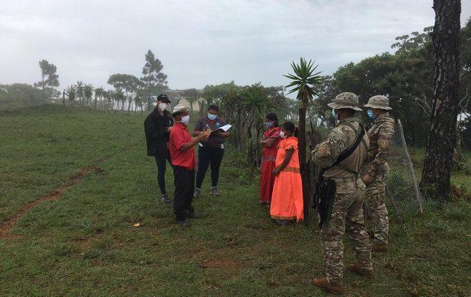Las fuerzas de seguridad panameñas viajaron a un lugar sin vías de comunicación para rescatar a tres niños. (Foto Prensa Libre: @Prensacom)